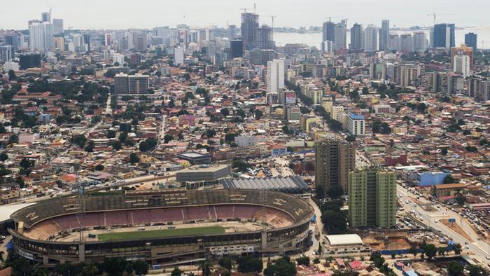 José Eduardo dos Santos já votou sob forte aparato mediático