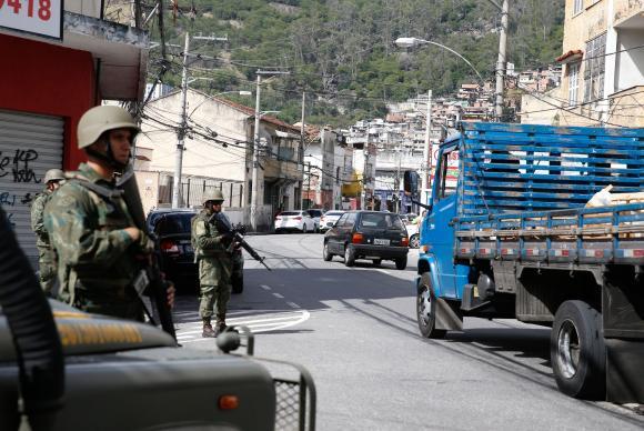 Forças Armadas e policiais fazem operação em Niterói (RJ)